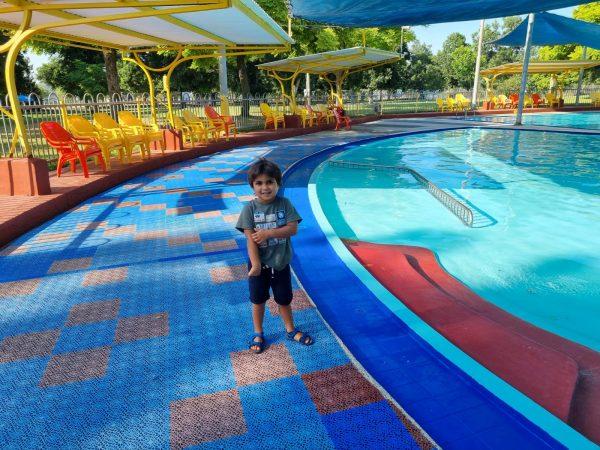 בריכת שחייה בקיבוץ